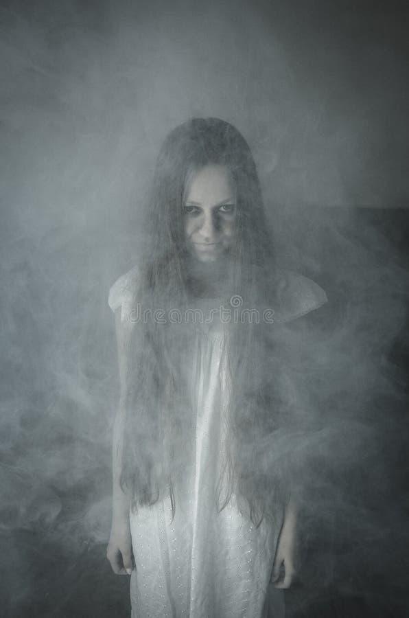 白色礼服的恐怖女孩 免版税库存照片
