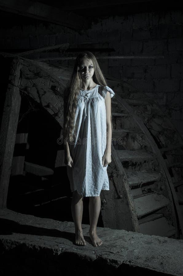白色礼服的恐怖女孩 免版税库存图片