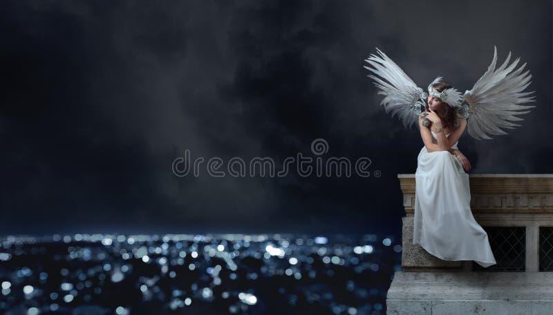 白色礼服的美丽的妇女有天使的飞过 库存图片