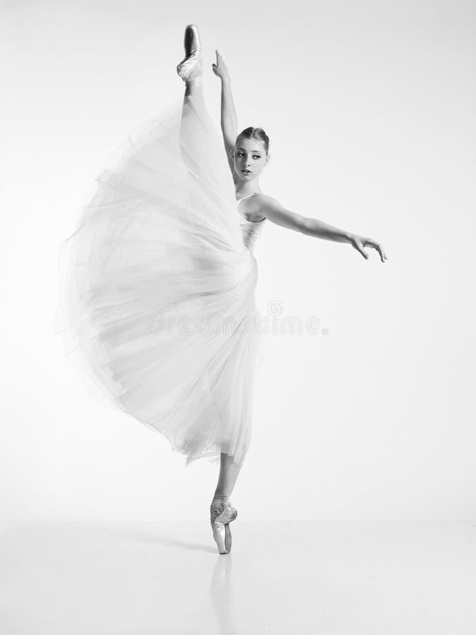 白色礼服的芭蕾舞女演员 免版税库存照片