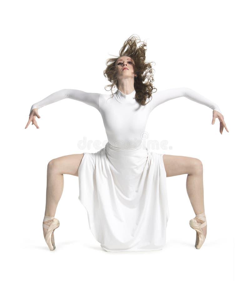 白色礼服跳舞的芭蕾的一个女孩 免版税库存照片