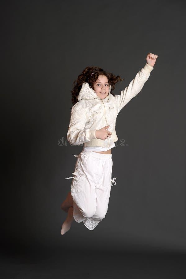 白色礼服跳跃的女孩 图库摄影
