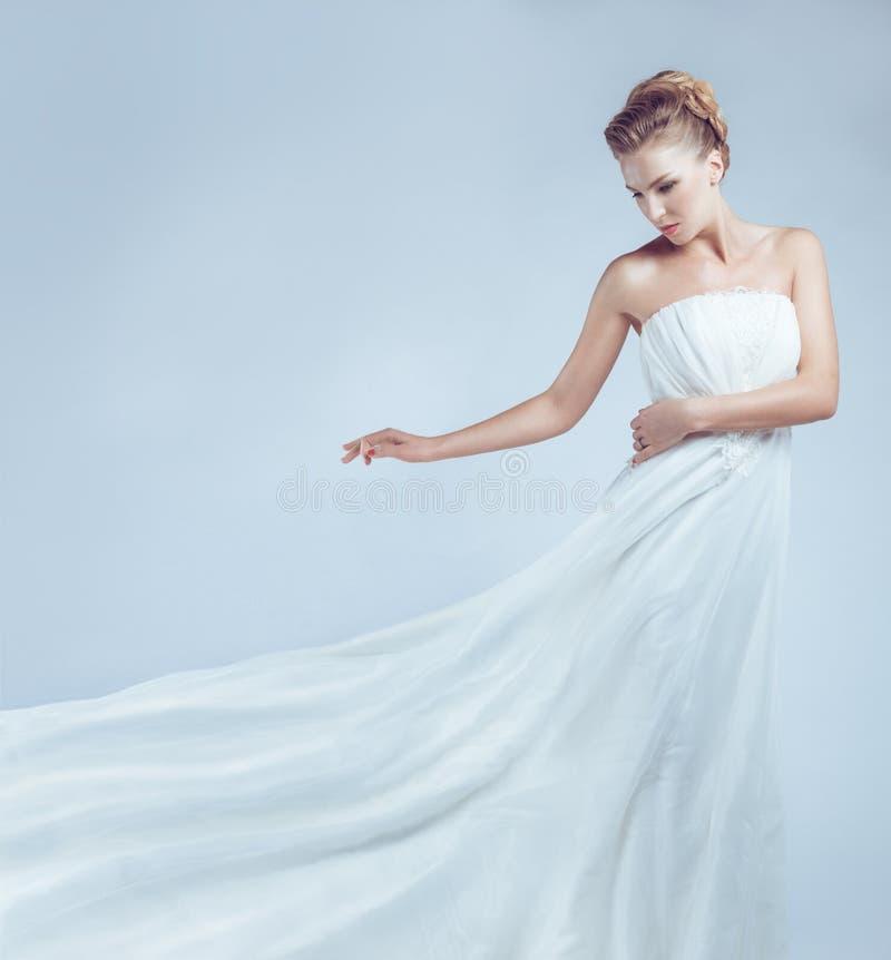 白色礼服飞行的新娘 免版税库存照片