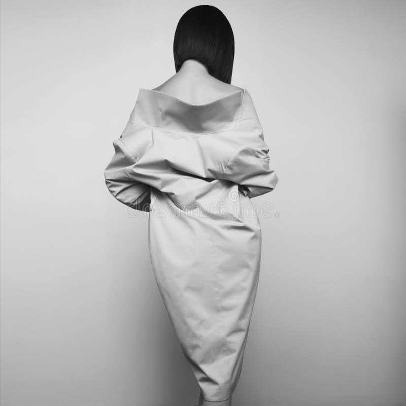 白色秋天外套的美丽的性感的妇女 时尚艺术画象 免版税库存照片