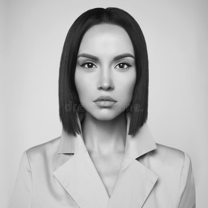 白色秋天外套的美丽的性感的妇女 时尚艺术画象 免版税库存图片