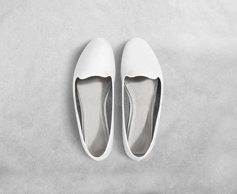 白色空白的妇女鞋子大模型立场,裁减路线 图库摄影
