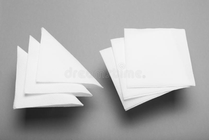 白色空白的餐馆餐巾大模型 商标的,设计纸表面 库存图片