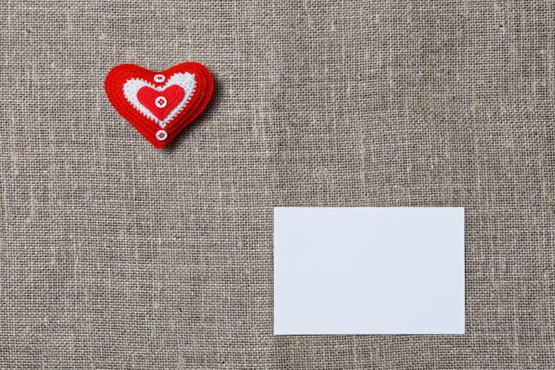 白色空白的notecard和手工制造心脏 库存图片