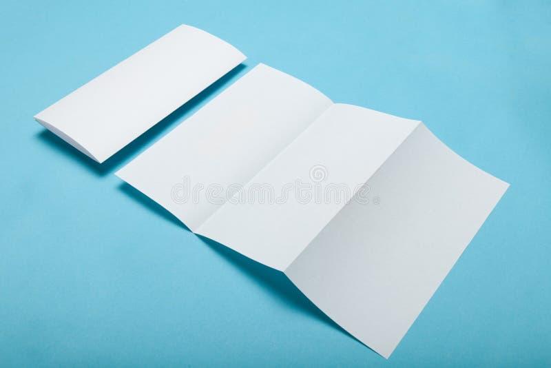 白色空的折叠传单三部合成的DL飞行物小册子,大模型 免版税库存照片