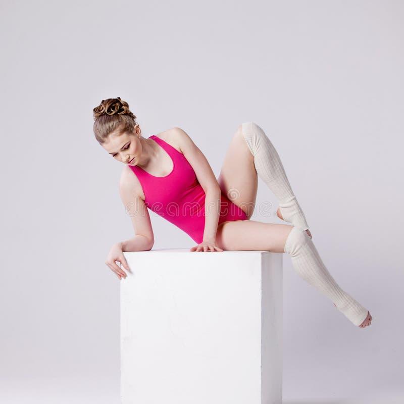 白色立方体的可爱的少妇体操运动员 库存照片