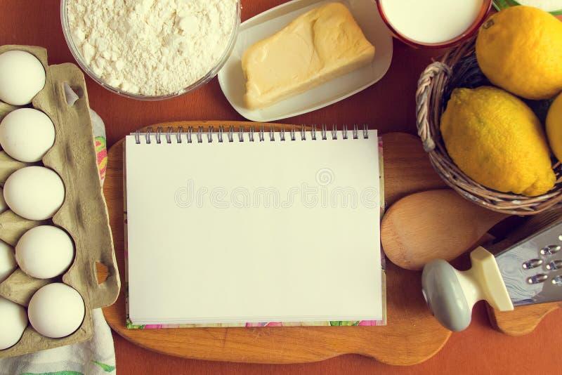 白色笔记本在切板 库存照片