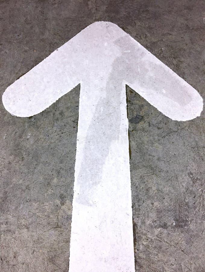 白色箭头定向交通标志 图库摄影