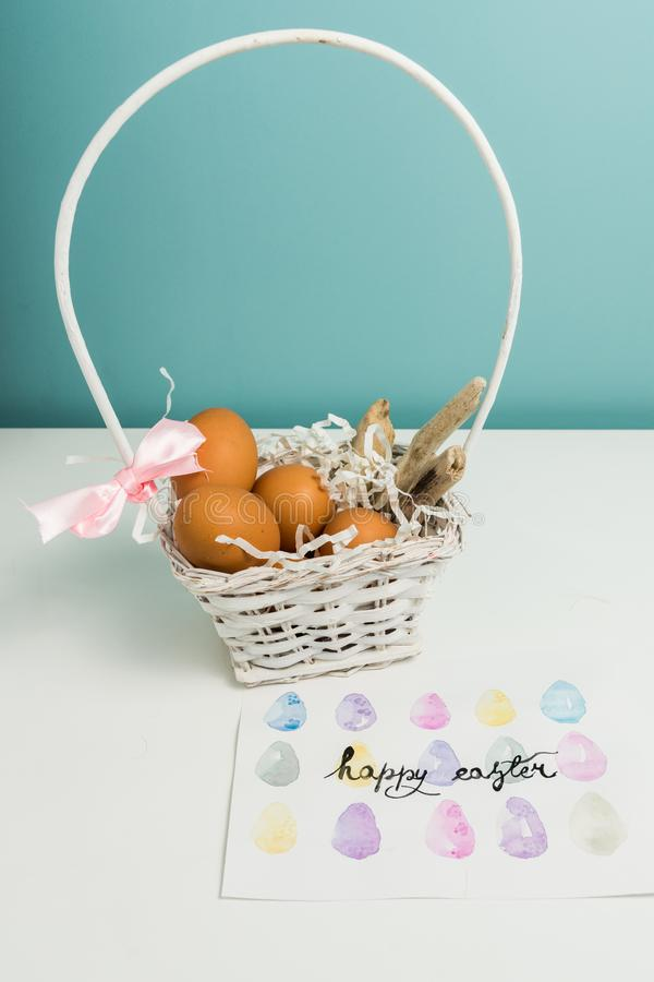 白色篮子用复活节彩蛋 免版税库存照片