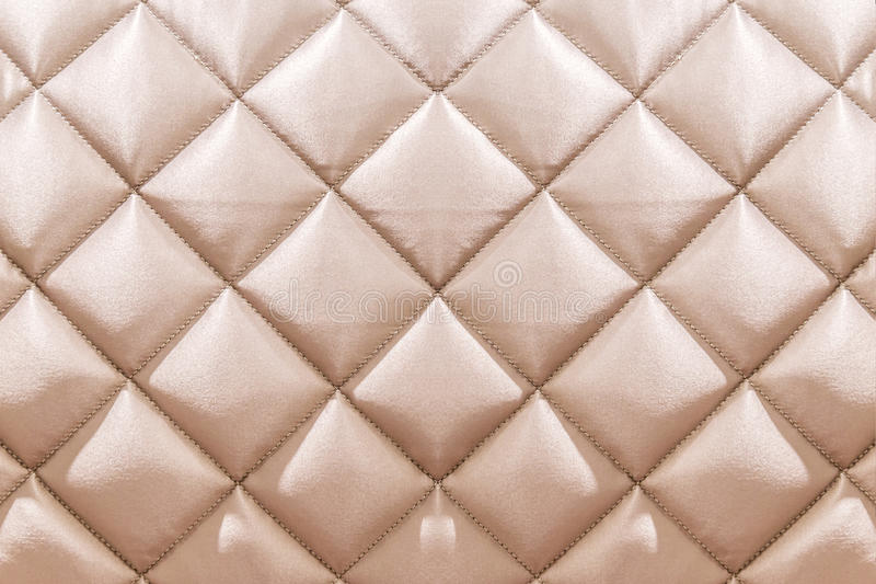 白色米黄天鹅绒capitone纺织品背景,减速火箭的Chesterfie 免版税库存图片