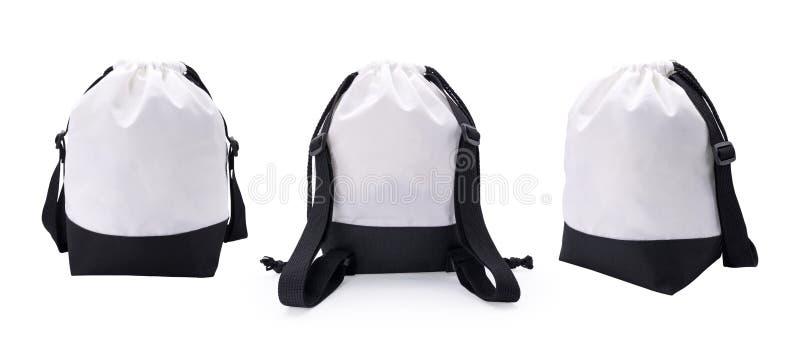 白色织品袋子和绳索在被隔绝的背景与裁减路线 蒙太奇或您的设计的空白的时尚背包 向量例证