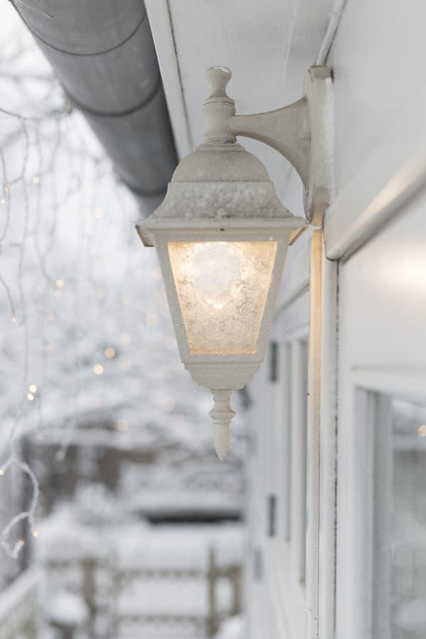 白色结冰的灯外面 库存图片