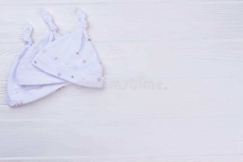 白色结婴孩帽子的汇集 免版税库存照片