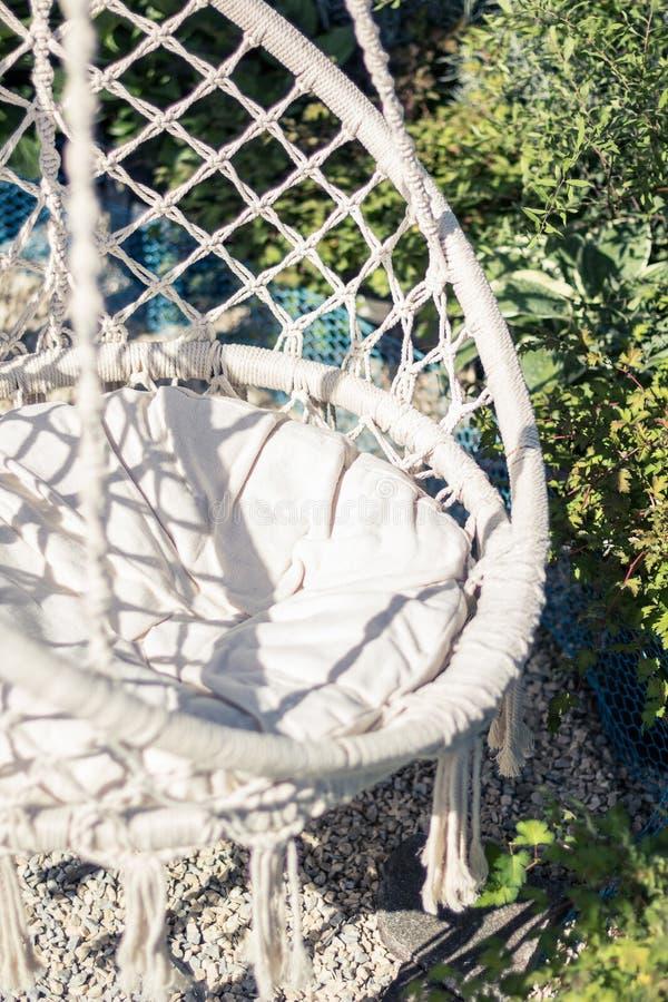 白色绳索椅子在庭院里 r 库存图片