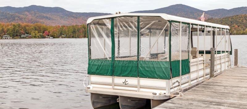 白色绿色带顶的游船普莱西德湖 免版税库存图片