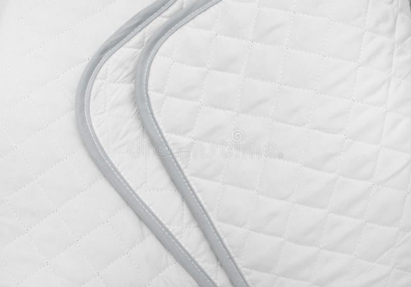 白色缝制的织品 毯子或床罩的纹理 免版税库存图片