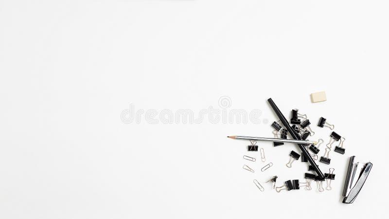 白色背景、平底布置的随机堆放办公文具工具 库存图片