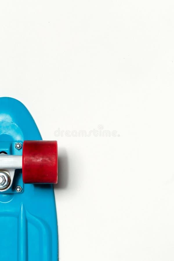白色背景上具有蓝色甲板和红色轮的带复制空间的顶视图的滑板巡洋舰 体育生活方式观、文化观 库存照片