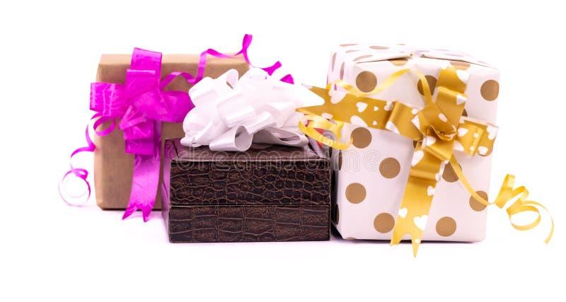 白色背景上蝴蝶结彩带彩饰礼盒的近景 库存照片