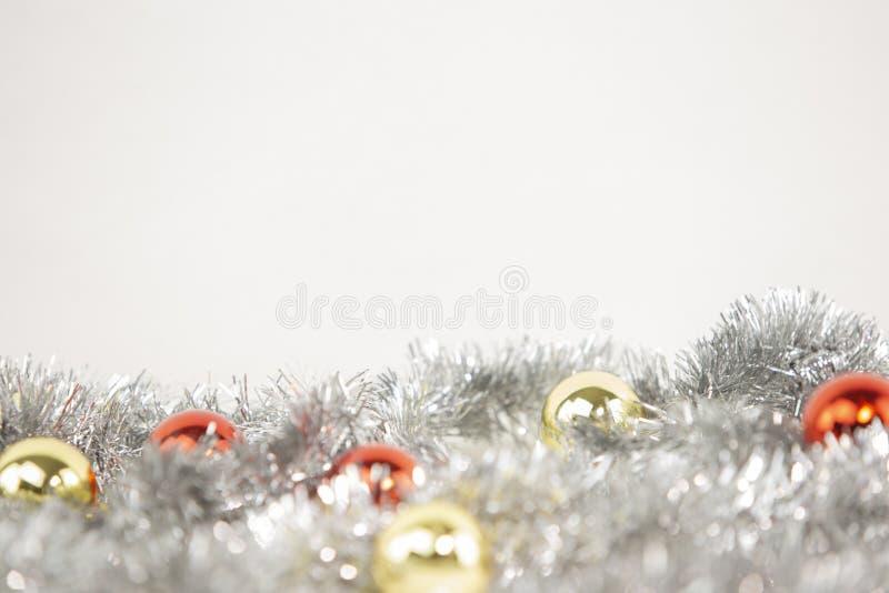 白色背景下银色装饰链上红色和金色亮点的圣诞复制空间及波克效应 库存照片