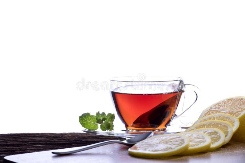 白色背景中柠檬的透明玻璃杯茶 库存照片