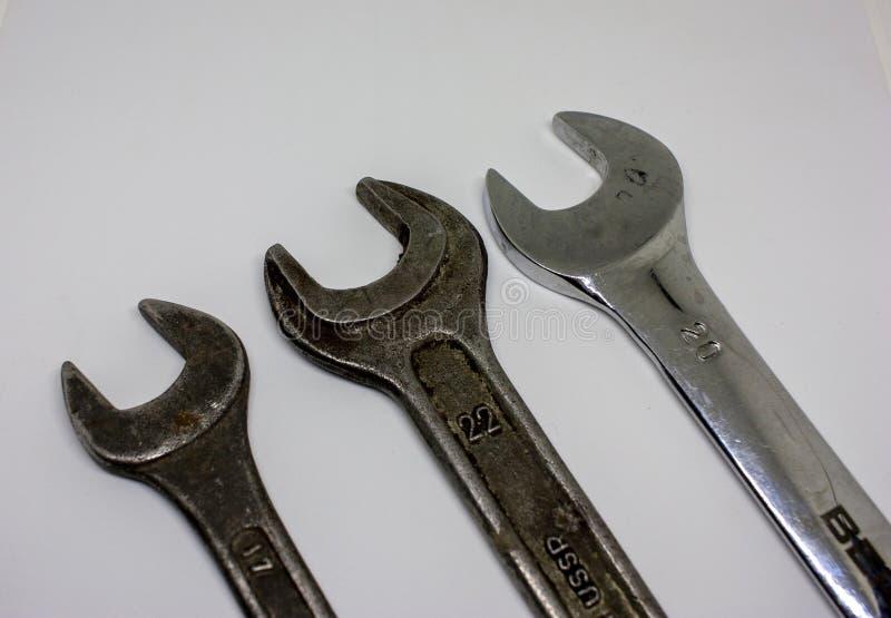 白色背景中的三台老式工作扳手 工具机械 特写 免版税库存照片