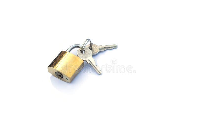 白色背景中的挂锁隔离旁边有钥匙 免版税库存图片