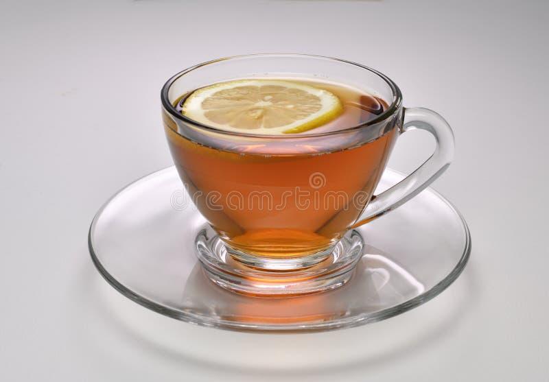 白色背景中的柠檬茶 库存图片