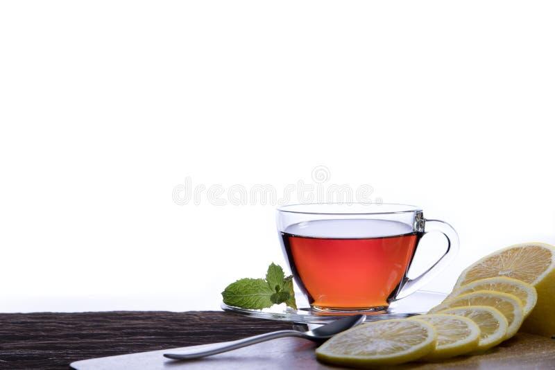 白色背景中的柠檬茶 免版税库存照片