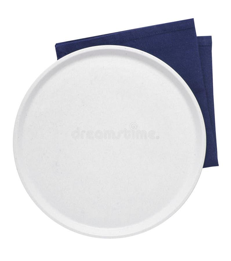白色背景中的空陶瓷托盘和餐巾纸 免版税库存图片