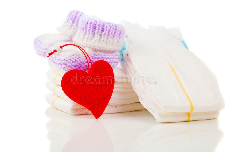 白色背景中突显的一叠尿布 免版税库存图片