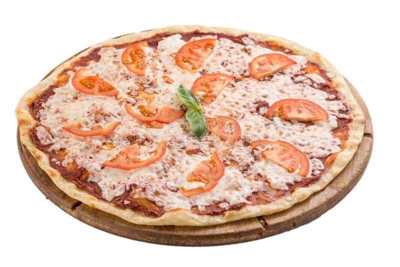 白色背景中突显的木板上的番茄和奶酪玛格丽塔披萨 免版税库存照片