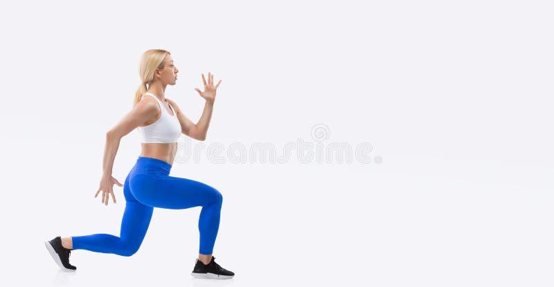 白色背景中突显的金发性感美女姿势 健身概念 免版税图库摄影