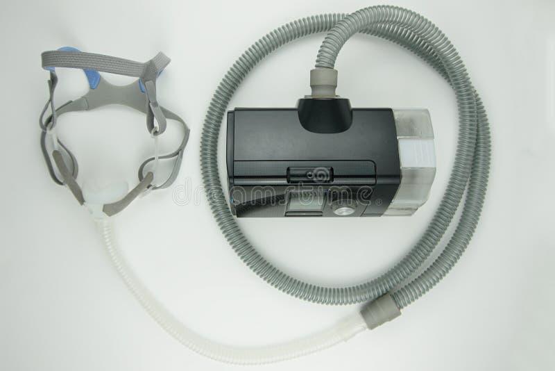 白色背景中突显的CPAP机 免版税库存图片