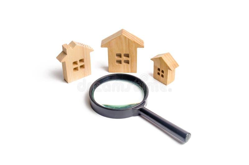 白色背景的三个木房子 都市计划,基础设施项目的概念 买卖房地产 免版税库存图片