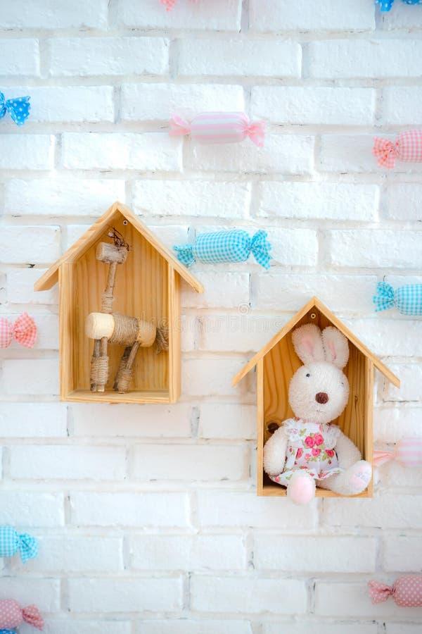 白色背景的兔宝宝房子 库存照片