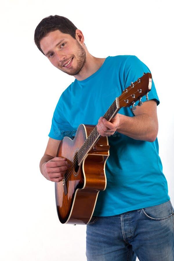 白色背景的吉他演奏员 免版税库存图片