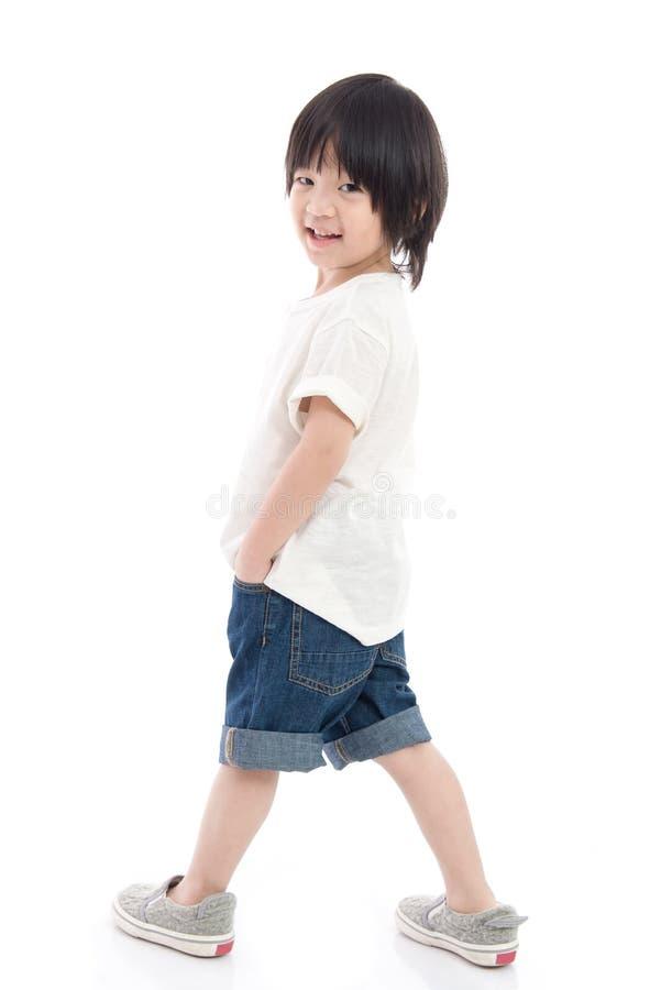 白色背景的愉快的矮小的亚裔男孩 库存照片