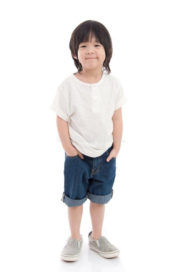 白色背景的愉快的矮小的亚裔男孩 免版税库存图片