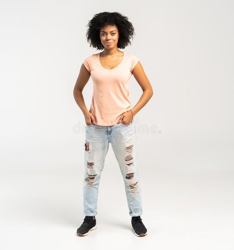 白色背景的愉快的非裔美国人的妇女 免版税库存图片