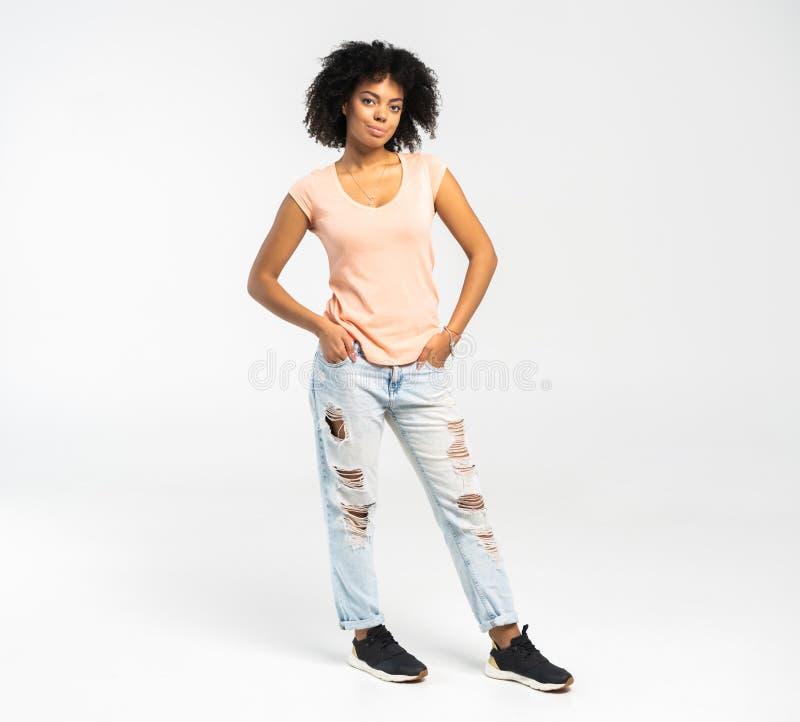 白色背景的愉快的非裔美国人的妇女 免版税库存照片