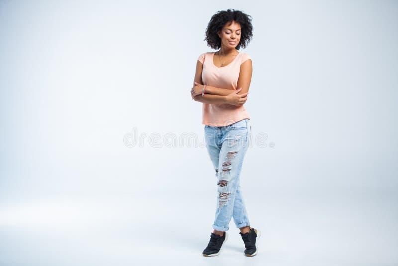 白色背景的愉快的非裔美国人的妇女 免版税图库摄影