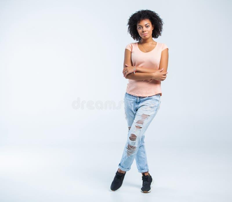 白色背景的愉快的非裔美国人的妇女 库存照片