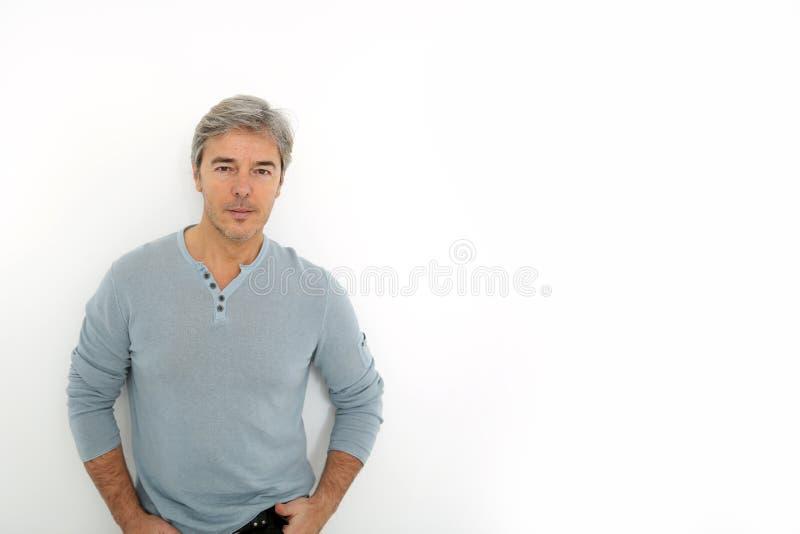 白色背景的成熟英俊的人 免版税图库摄影