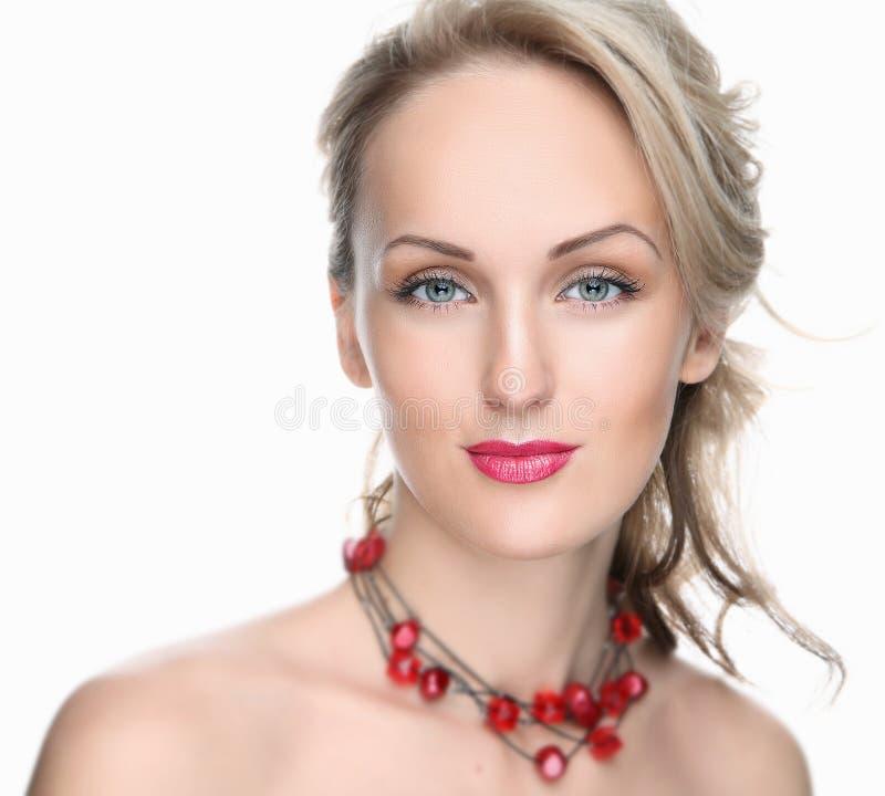 白色背景的美丽的女孩与红色嘴唇和装饰 免版税库存照片