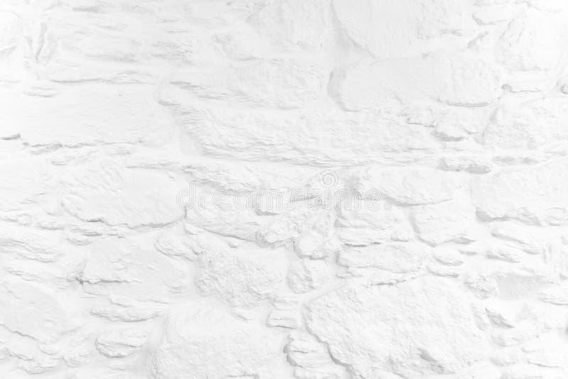 白色背景被粉刷的石墙 免版税库存照片